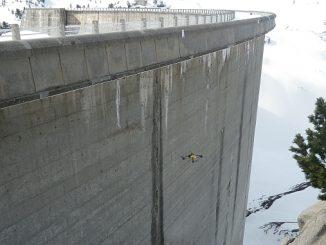 Inspection de barrage par drone volant par EDF.